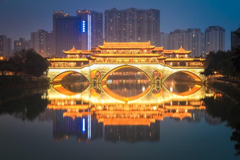 Ponte di Anshun a Chengdu alla notte fotografie stock libere da diritti