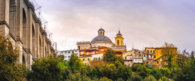 Ponte di Ariccia e sobborgo orizzontale panoramico di Roma dell'orizzonte del villaggio nel Lazio su Castelli Romani fotografia stock