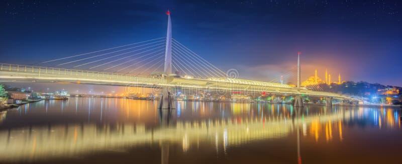 Ponte di Ataturk, ponte della metropolitana alla notte Costantinopoli fotografia stock libera da diritti