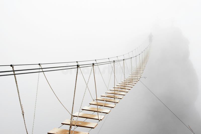 Ponte di attaccatura in nebbia immagine stock
