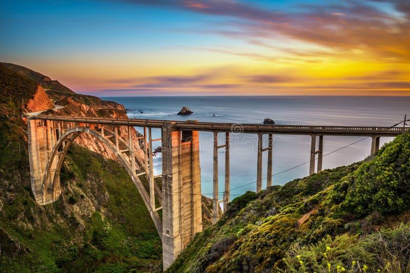Ponte di Bixby e strada principale della costa del Pacifico al tramonto fotografie stock libere da diritti