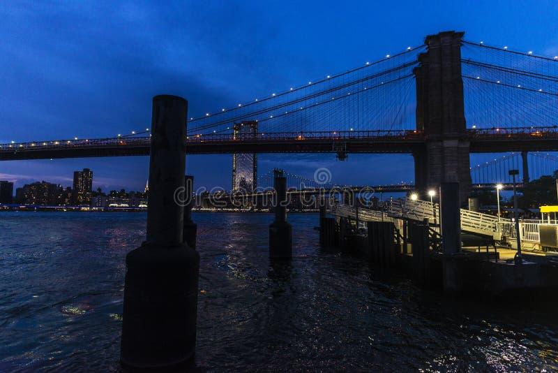 Ponte di Brooklyn alla notte in Manhattan, New York, U.S.A. immagine stock libera da diritti