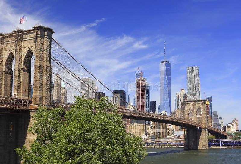 Ponte di Brooklyn con l'orizzonte di New York sui precedenti fotografia stock