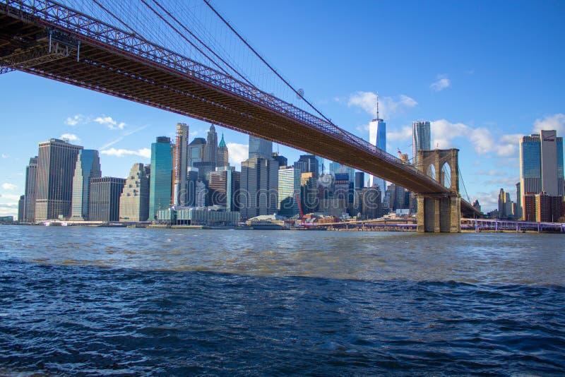 Ponte di Brooklyn con una vista di Manhattan del centro New York fotografia stock