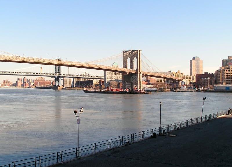 Ponte di Brooklyn e barca fotografia stock
