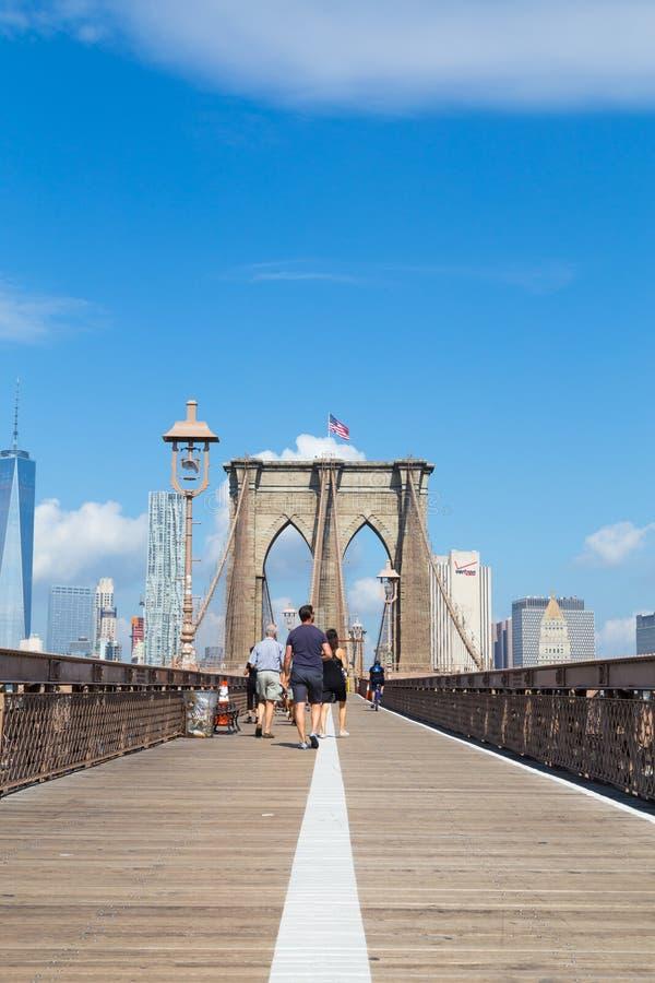 Ponte di Brooklyn e la gente fotografia stock