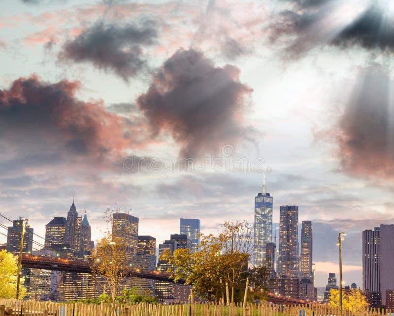 Ponte di Brooklyn e Manhattan del centro al tramonto, New York immagine stock