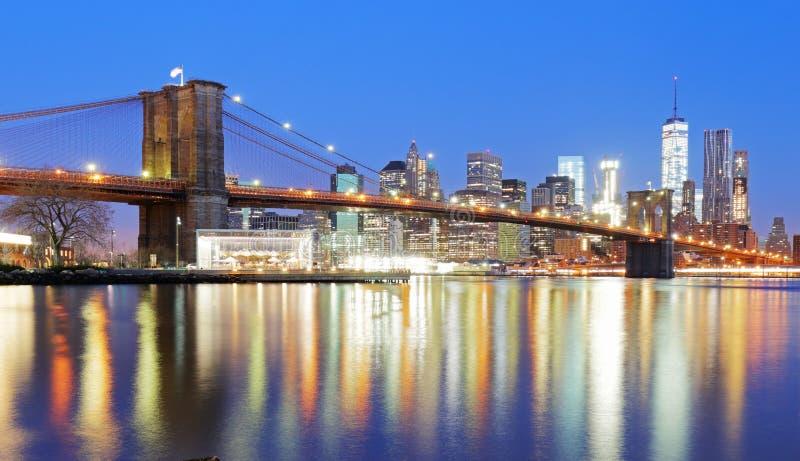 Ponte di Brooklyn sopra East River alla notte in New York Manhat immagini stock libere da diritti