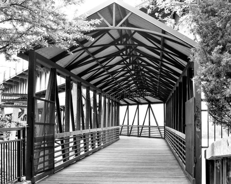 Ponte di camminata coperto che attraversa il fiume di Fox - Saint Charles, IL immagini stock libere da diritti