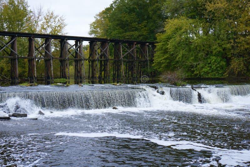 Ponte di cavalletto storico in Autum iniziale a Hamilton, Michigan immagini stock libere da diritti