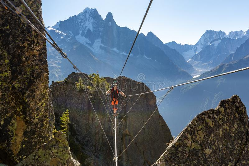 Ponte di cavo dell'incrocio dell'alpinista via il ferrata, Chamonix France fotografia stock