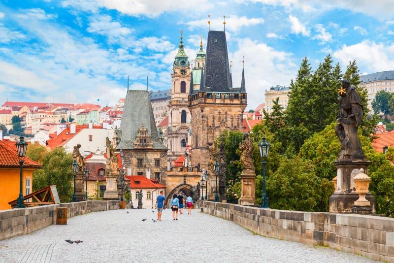 Ponte di Charles - di Praga, torre, la chiesa di San Nicola, repubblica Ceca fotografia stock libera da diritti