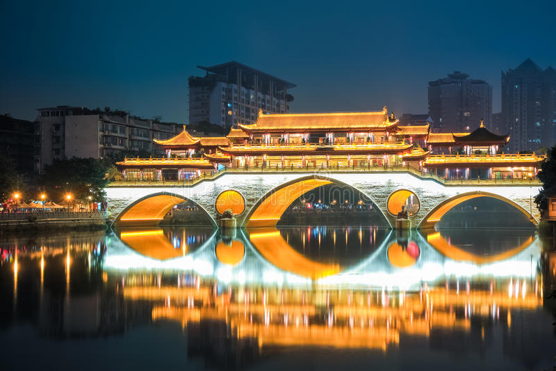 Ponte di Chengdu anshun alla notte immagine stock