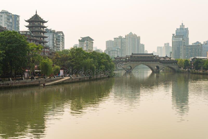 Ponte di Chengdu Anshun e fiume nella luce del giorno - Cina di Jinjiang fotografia stock