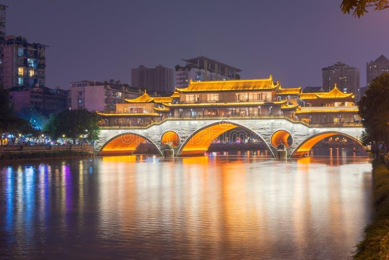 Ponte di Chengdu Anshun sopra Jin River alla notte fotografia stock libera da diritti