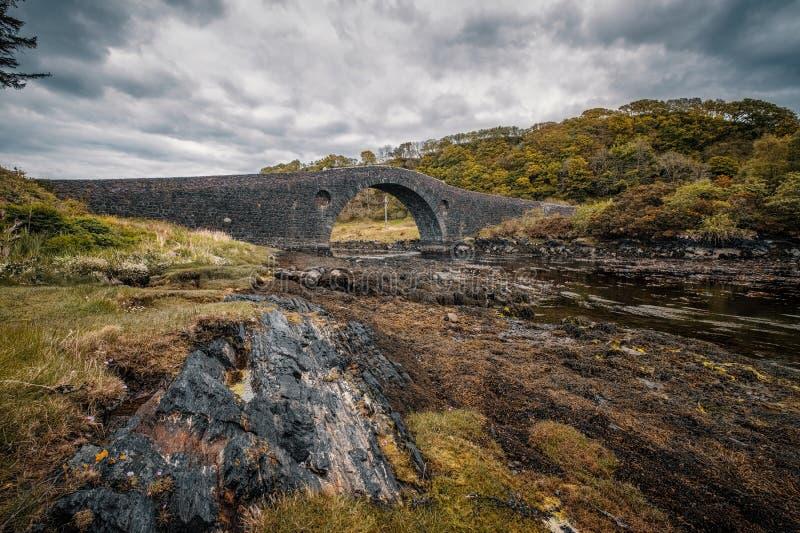 Ponte di Clachan che collega la Scozia all'isola di Seil fotografie stock libere da diritti