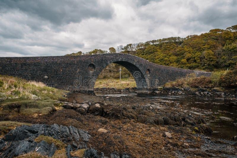 Ponte di Clachan che collega la Scozia all'isola di Seil fotografia stock