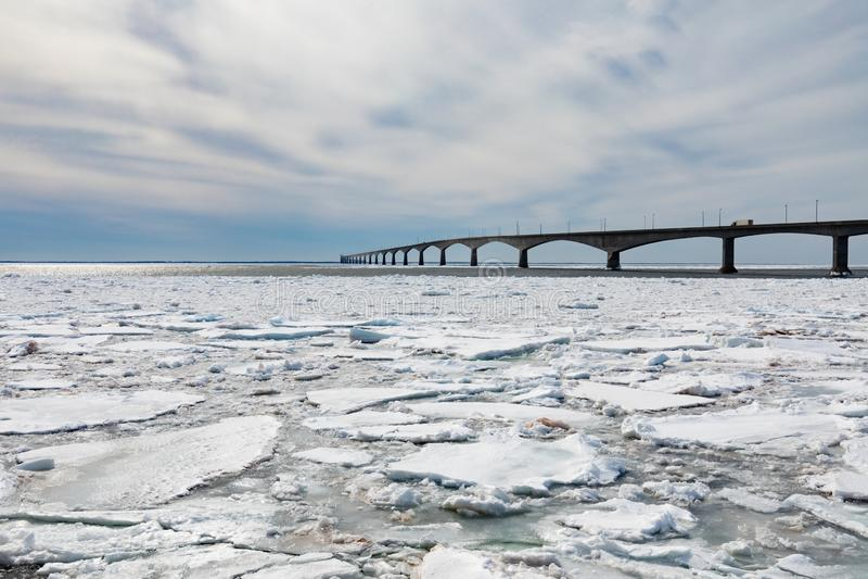Ponte di confederazione sopra banchisa a PEI Canada fotografia stock libera da diritti