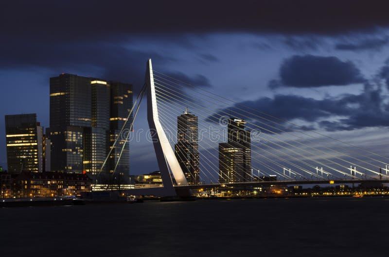 Ponte di ERASMUS di notte in Roterdam fotografia stock