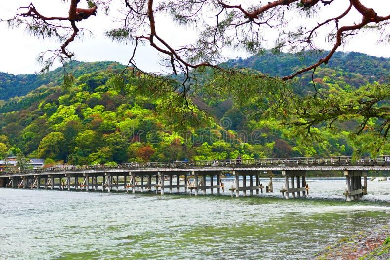 Ponte di incrocio antico della luna in Arashiyama, Giappone immagini stock libere da diritti