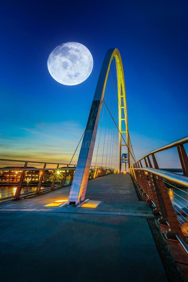 Ponte di infinito alla notte in Stockton-su-T, Regno Unito Elementi della t fotografie stock