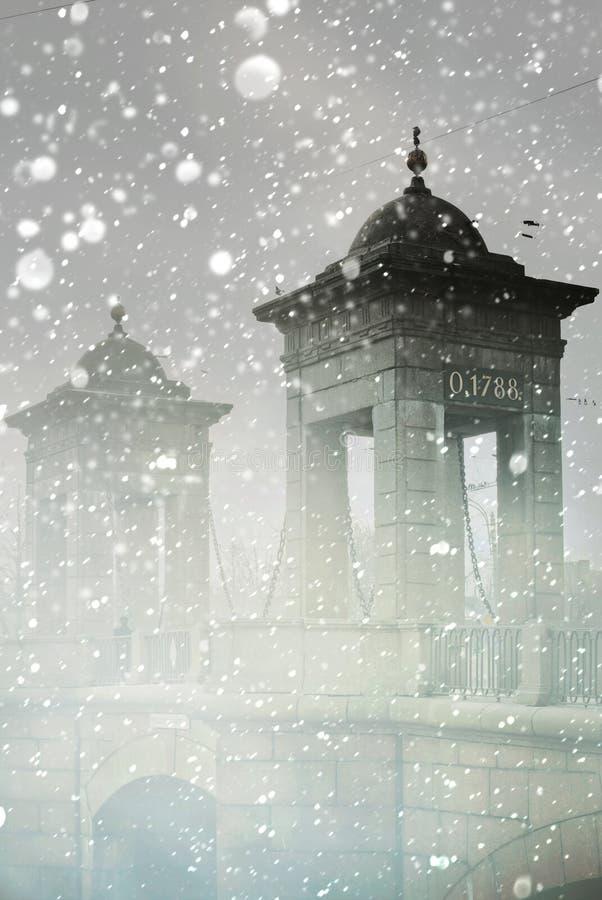 Ponte di inverno in nebbia Primo mattino in San Pietroburgo fotografia stock