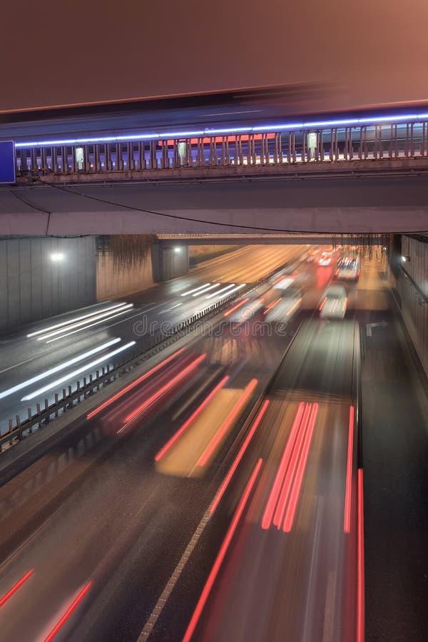 Ponte di Jianguomen con traffico nel mosso, notte di Pechino, Cina fotografia stock libera da diritti