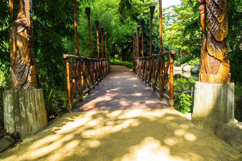Ponte di legno che attraversando il fiume immagine stock libera da diritti