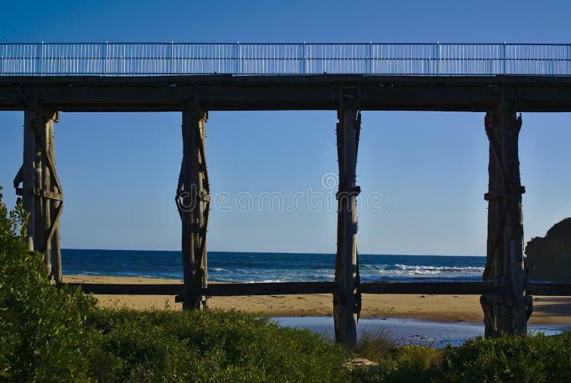 Ponte di legno con cielo blu nel fondo fotografia stock libera da diritti