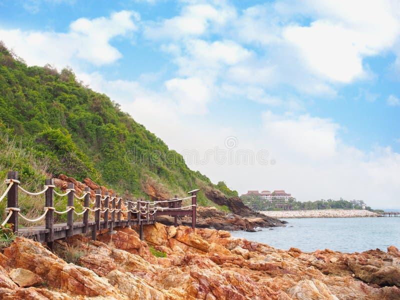 Ponte di legno del passaggio pedonale con il paesaggio della montagna contro cielo blu immagine stock