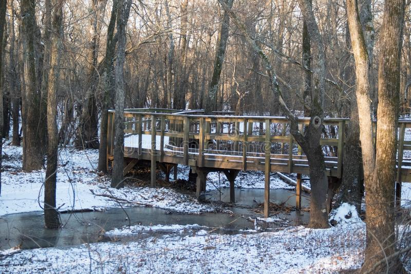 Ponte di legno del passaggio pedonale di Snowy fotografia stock