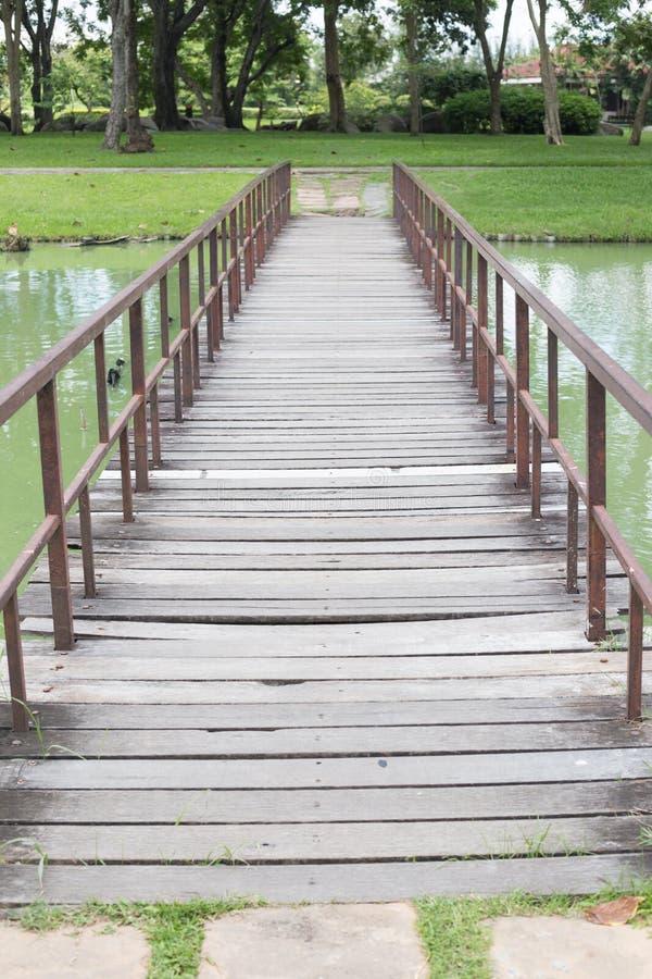 Ponte di legno del piede nel parco con gli alberi fotografie stock libere da diritti