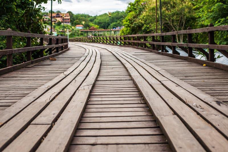 Ponte di legno del ponte di lunedì sopra il fiume nel distretto di Sangkhlaburi, Kanchanaburi immagini stock libere da diritti