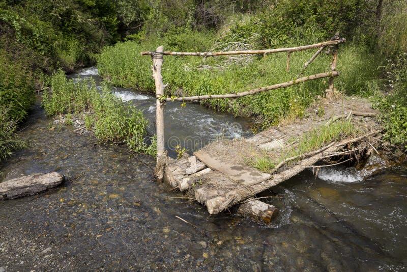 Ponte di legno fatto a mano del piede sopra una corrente accanto a Alquife fotografie stock