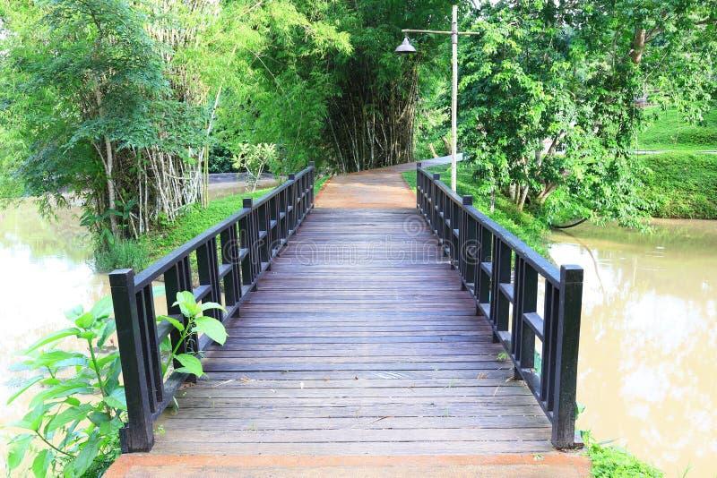 Ponte di legno nel parco fotografie stock