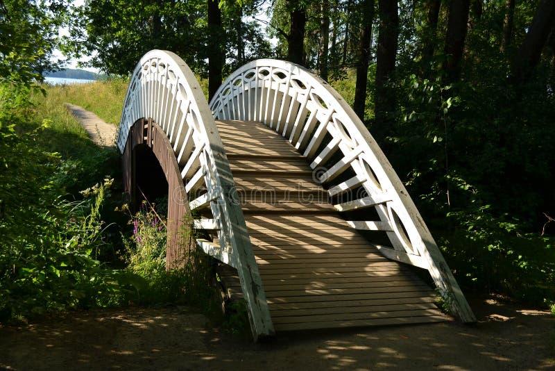 Ponte di legno nel parco Monrepos immagine stock libera da diritti