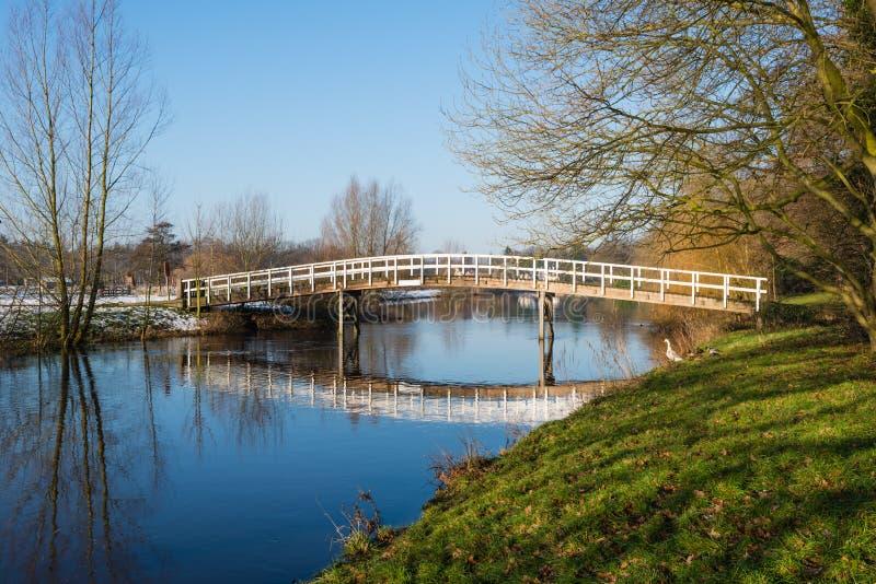 Ponte di legno riflesso immagine stock libera da diritti