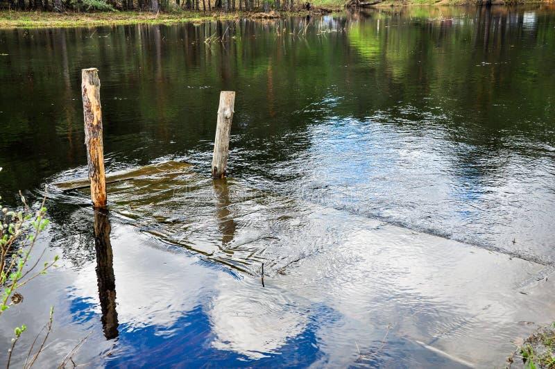 Ponte di legno sommerso immagini stock