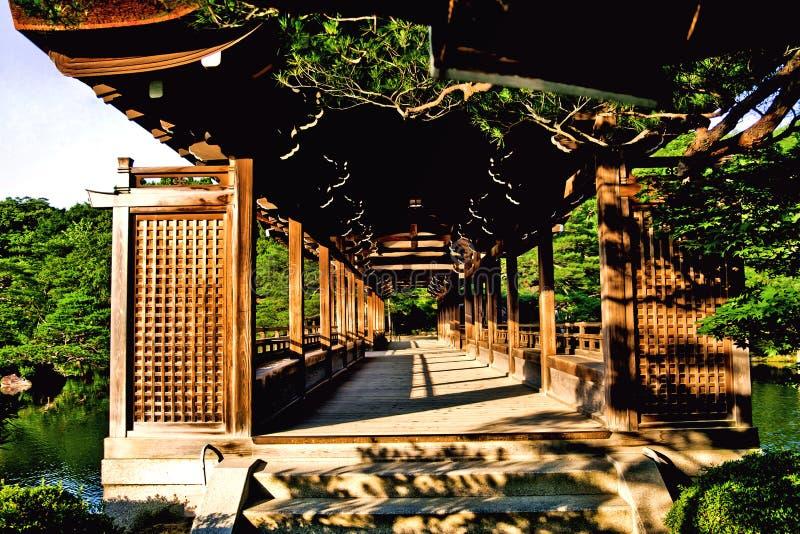Vista di legno antica del tunnel del ponte del Giappone fotografie stock libere da diritti
