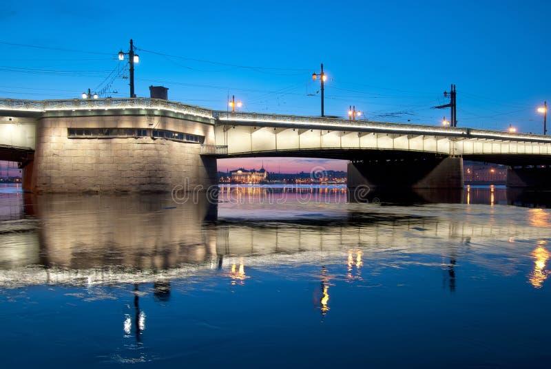 Ponte di Liteyny, aurora dell'incrociatore su Neva River St Petersburg La Russia fotografia stock