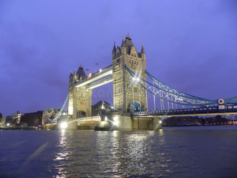 Ponte di Londra alla notte fotografie stock
