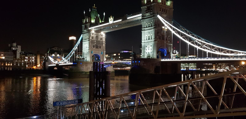 Ponte di Londra alla notte immagine stock