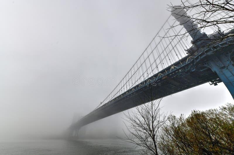 Ponte di Manhattan in nebbia immagine stock libera da diritti