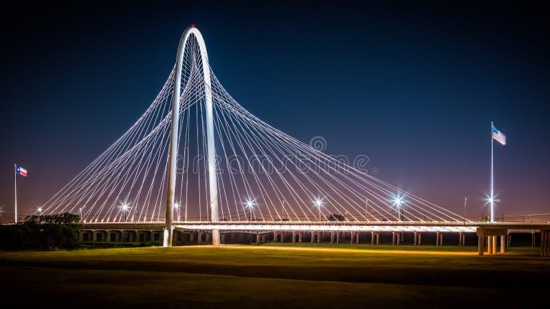 Ponte di Margaret Hunt Hill di notte a Dallas, U.S.A. immagini stock libere da diritti
