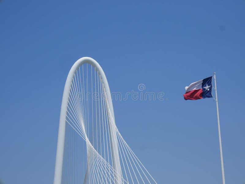 Ponte di Margaret Hunt Hill e bandiera del Texas immagini stock libere da diritti