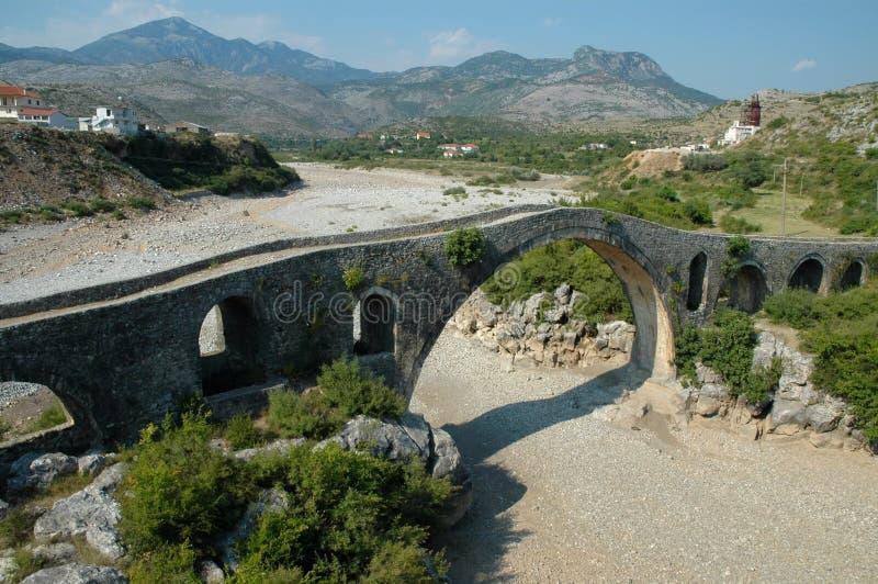 Ponte di Mes (albanese: Ura e Mesit) vicino a Shkoder in Albania immagine stock libera da diritti