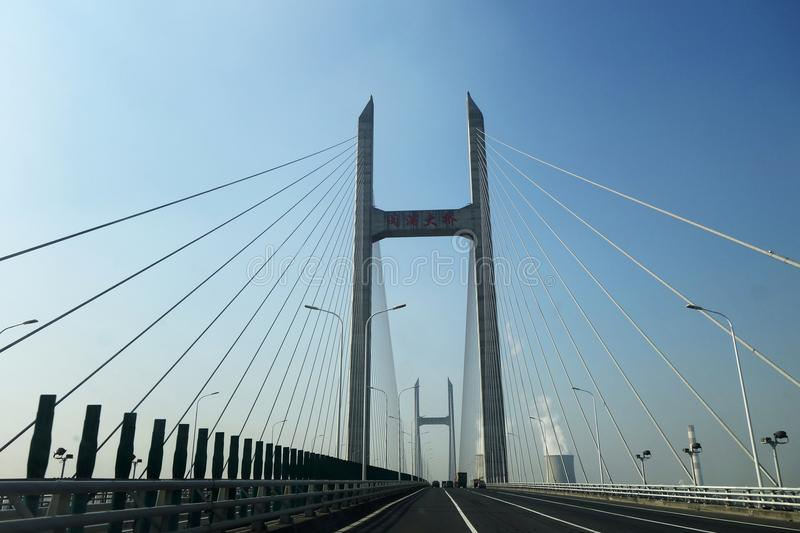 Ponte di Minpu che attraverso il fiume Huangpu a Shanghai immagine stock libera da diritti