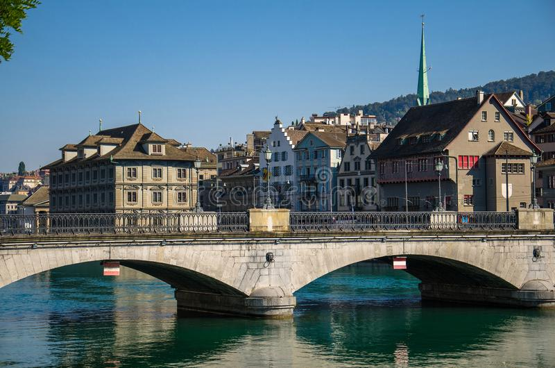 Ponte di Munsterbrucke sopra il fiume di Limmat, Zurigo, Svizzera immagine stock libera da diritti