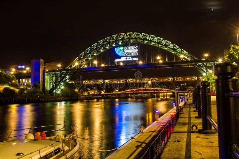 ponte di Newcastle nella notte fotografia stock