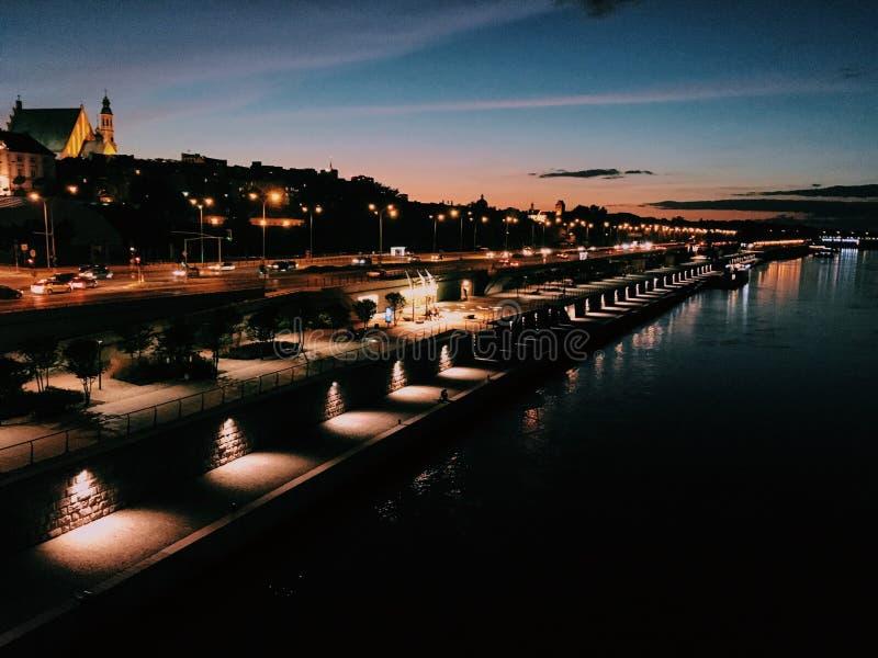 Ponte di notte a Varsavia fotografie stock libere da diritti